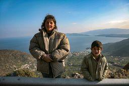 Matina Pantelis und ihr Sohn sind oft mit der Bergziegenherde unterwegs. Sie leben in einem Bauernhaus nahe Ag. Panteleimonas. (c) Tobias Schorr