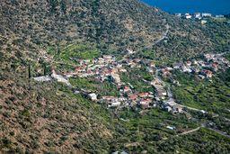 Blick auf den oberen Teil Methanas mit dem Dorf Agios Charálambos. (c) Tobias Schorr