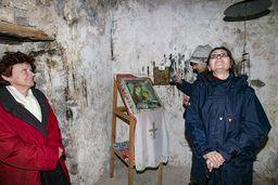 Die Gäste bestaunen die uralte Kapelle. (c) Tobias Schorr