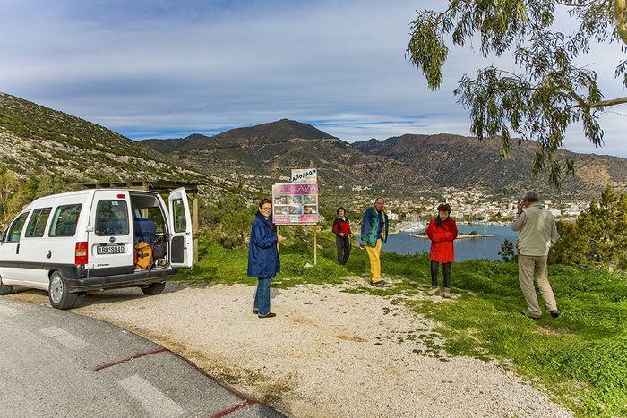Mit einem Kleinbus konnten wir alle Regionen gut erreichen. Hier vor der Kulisse der Bäderstadt Methana. (c) Tobias Schorr