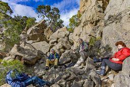 Pause der Wandergruppe am Kraterrand des historischen Lavadoms von Methana. (c) Tobias Schorr