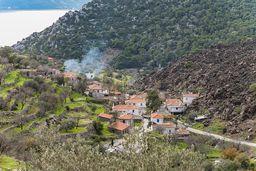 """Das Dorf Kameni Chora. Der Name bedeutet """"verbranntes Land"""" und das passt zur Lavazunge, an die es sich anschmiegt! (c) Tobias Schorr"""