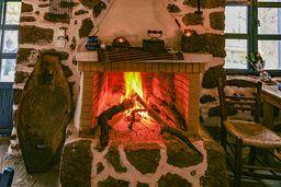 Im Winter ist der Kamin eine beliebte Wärmequelle, wenn man verschwitzt von der Wanderung kommt. (c) Tobias Schorr