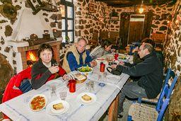 Wir alle genossen die leckeren Speisen, die Theodoros und Dorte frisch zubereitet hatten. (c) Tobias Schorr