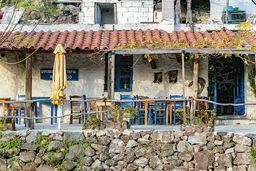 Die Taverne Inotherapevtirio und ihre Terrasse. (c) Tobias Schorr