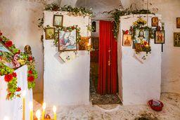 Der etwa 1,5 m unter Bodenniveau liegende Innenraum der Kapelle Agios Nikolaos. (c) Tobias Schorr