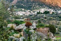 Blick über die Reste auf der Akropolis in Richtung Megalochori. (c) Tobias Schorr