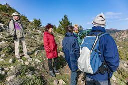 Die Wandergruppe genießt den Ausblick auf die einzigartige, vulkanische Berglandschaft von Methana. (c) Tobias Schorr