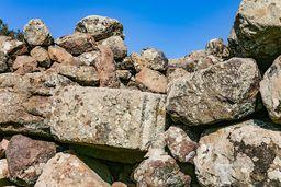 Der typisch bearbeitete, antike Eckstein eines Gebäudes. (c) Tobias Schorr
