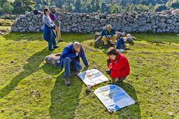 Robin und Carmen vergleichen die geologische und topografische Karte Methanas, die Lorenz Hurni und sein Team in der Zeit von 1991-1995 herstellten. (c) Tobias Schorr