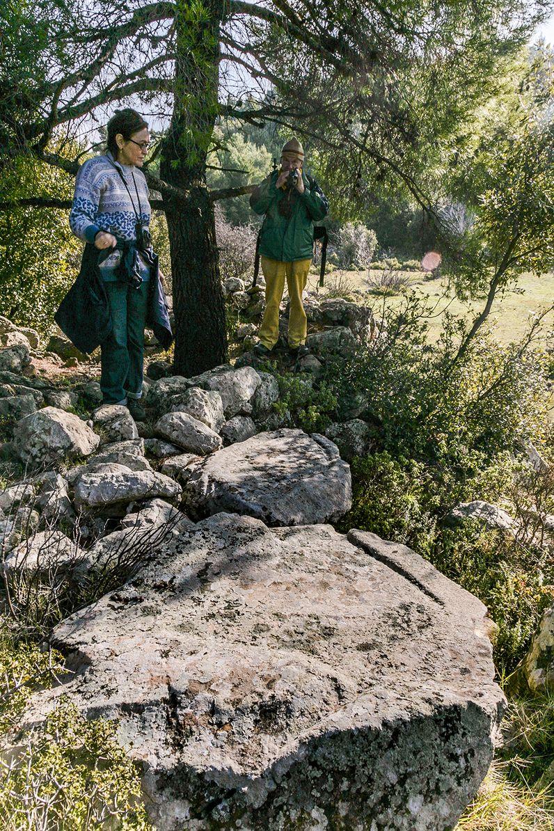 Gäste an den prähistorischen Weinpressen Varkesa, die Michael DEFFNER 1912 beschrieb. (c) Tobias Schorr