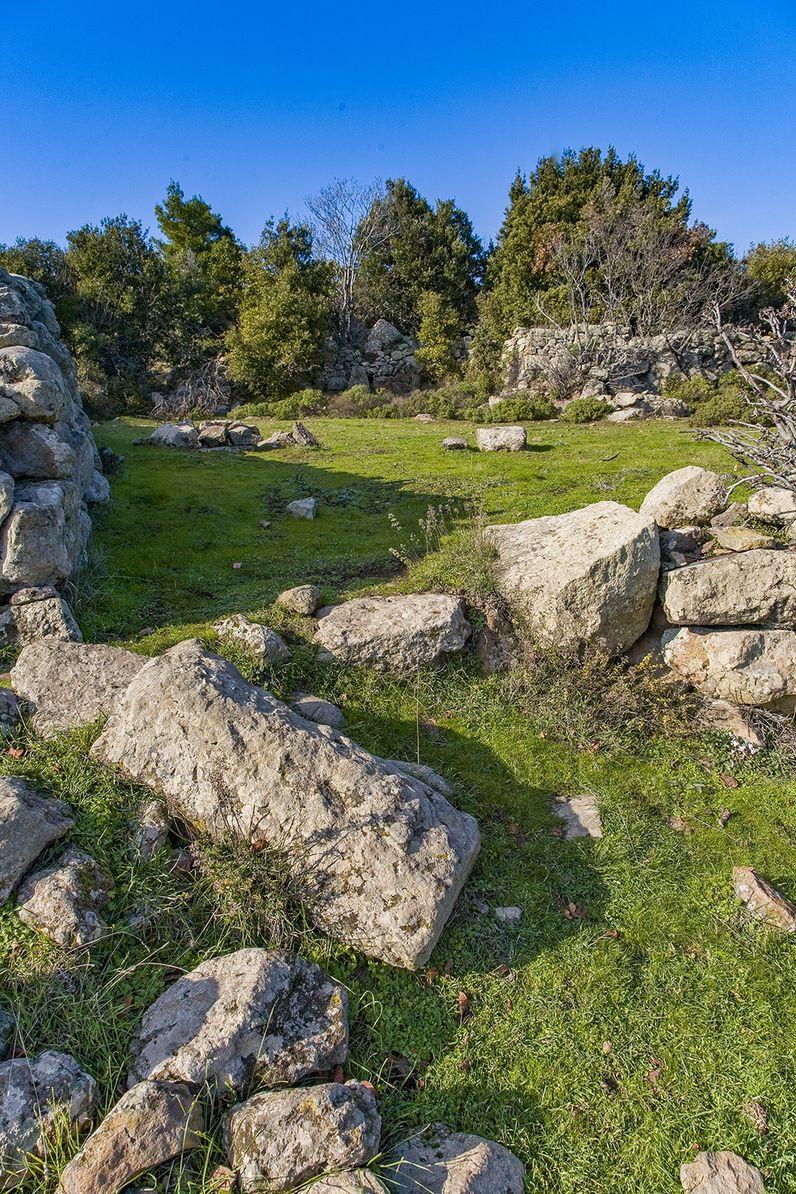Eine der antiken Säulen auf der Varkesa-Hochebene auf Methana. (c) Tobias Schorr