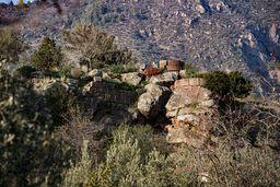 Reste eines antiken Rundturms auf der Akropolis des antiken Methanas bei Vathy. (c) Tobias Schorr