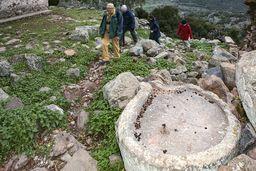 Aufstieg nach dem Besuch der Panagitsa-Kapelle. Im Vordergrund sieht man eine typische, antike Weinpresse. (c) Tobias Schorr