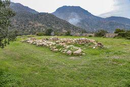 """1990 entdeckte man bei der Kapelle eine prähistorische Siedlung aus der mykenischen Zeit. Hier sieht man den Vorgänger der antiken Tempel, ein sogenanntes """"Megaron"""". (c) Tobias Schorr"""