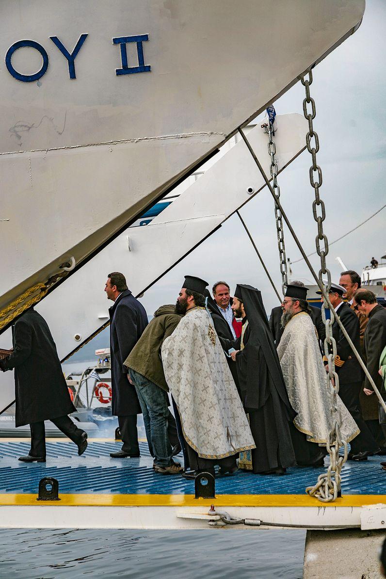 Die Priester bei Theophania-Fest am 6.1.2008 auf der Fähre bei Poros. (c) Tobias Schorr
