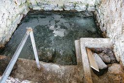 In diesem Becken sammeln sich Kohlensäuregase, die das Wasser erwärmen. 2014 erstickte hier an den Gasen ein älteres Ehepaar und man schloß das Bad. (c) Tobias Schorr