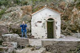 """Robin an dem kleinen Kohlensäure-Heilbad, das auch als """"Bad des Pausanias"""" bezeichnet wird. (c) Tobias Schorr"""