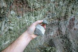 In meiner Hand: Dazit & Ophiolith. (c) Tobias Schorr