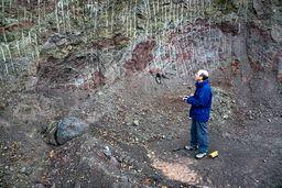 Robin an einem geologischen Aufschluss bei Kato Mouska mit Gesteinen des Erdmittelalters. (c) Tobias Schorr