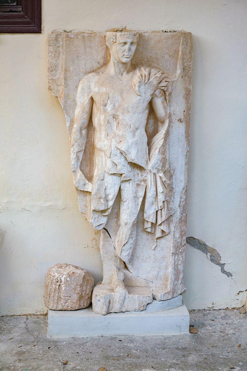 Antike Statue in Epidaurus, die vielleicht den Asklepios zeigt. (c) Tobias Schorr