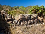 Der Rest eines antiken Turms auf der Akropolis Oga