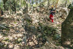 Elias an der antiken Ruine am Chelona-Gipfel. (c) Tobias Schorr