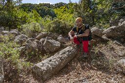 Elias an einer antiken Säule. Vielleicht vom Aithra-Heiligtum? (c) Tobias Schorr