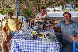 Takis mit seinen Freunden. Bei ihm und der Taverne seiner Mutter Theoni kann man immer gut essen. (c) Tobias Schorr
