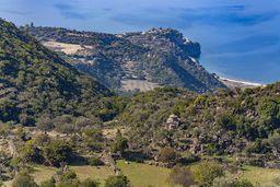 Blick auf das Tal Panagitsa in Richtung des Malisa-Vulkans und die Küste bei Vathy. (c) Tobias Schorr