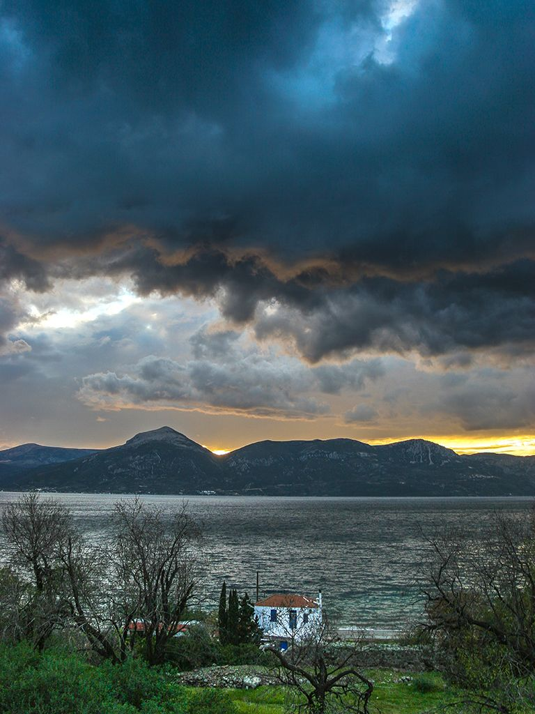 Dramatisches Winterwetter braut sich über der Ostküste der Peloponnes zusammen. (c) Tobias Schorr