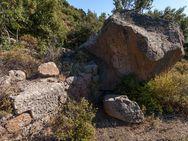 Reste einer antiken Weinpresse in den Bergen Methanas
