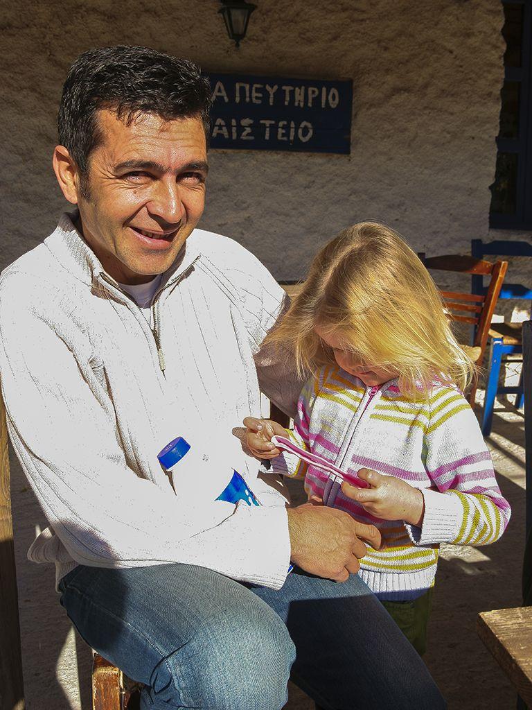 Theodoros und sein kleines Töchterchen. (c) Tobias Schorr