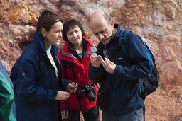 Die Gäste betrachten mit einer Lupe Mineralien aus dem Gestein. (c) Tobias Schorr