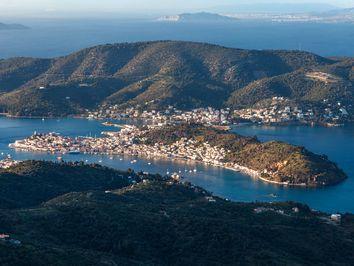 Blick aus den Bergen auf die Insel Poros