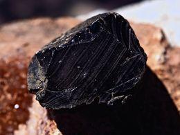 Kompaktes Stück Obsidian. (c) Tobias Schorr