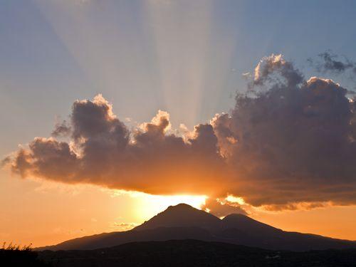Blick auf den höchsten Vulkan der Insel Milos (C) Tobias Schorr