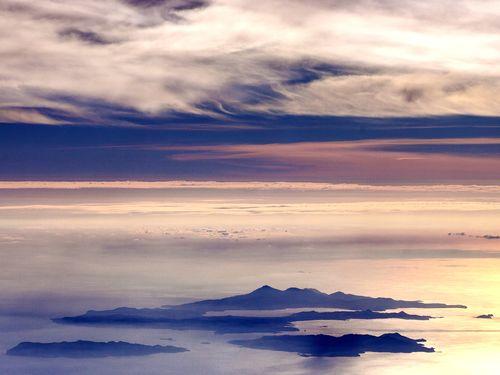 Flug über die Ägäis und Blick auf den Archipel von Milos. (c) Tobias Schorr