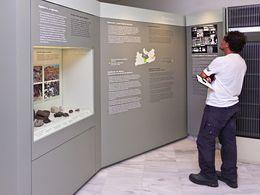 Die Vitrine über die Werkzeuge, die in prähistorischer Zeit aus vulkanischem Glas (Obsidian) hergestellt wurden. (c) Tobias Schorr
