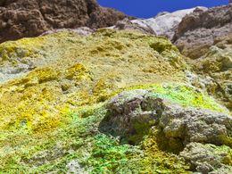 Grüne Mineralsalze an den Fumarolen des Paliochori-Strands.