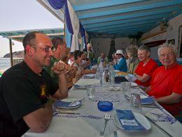 Tom Pfeiffer und die schweizer Gruppe des Geologievereins im Restaurant Scirocco am Paliochoristrand auf Milos. (c) Tobias Schorr