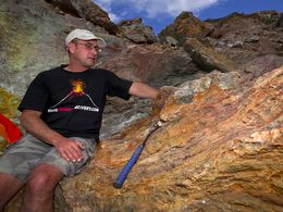 Dr. Tom Pfeiffer an einem Felsen mit Eisenerzen. Paliochori/Milos (c) Tobias Schorr