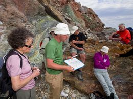 Thierry Basset erklärt seinen Vereinsmitgliedern die Geologie der Insel Milos. (c) Tobias Schorr