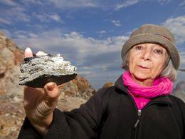Schweizerin mit einem Stück, auf dem Pyritkristalle sitzen. Paliochori/Milos (c) Tobias Schorr