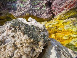Pyrit und Schwefelablagerungen am Strand von Paliochori/Milos. (c) Tobias Schorr