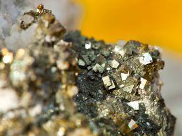 Pyritkristalle vom Paliochori-Strand/Milos. Leider haben sie keine lange Haltbarkeit und zerfallen schnell in schwefelige Säure und Rost. (c) Tobias Schorr