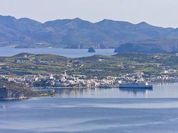 Blick auf den Hafenort Adamas und im Hintergrund die Insel Kimolos. (c) Tobias Schorr