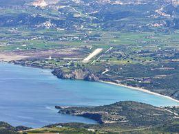 Blick in Richtung der Landebahn des Flughafens von Milos MLO. (c) Tobias Schorr