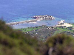 Blick auf die kleine Halbinsel bei Emporio/Milos. (c) Tobias Schorr