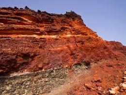 Die eisen- und manganhaltigen Schichten im ehemaligen Bergwerk Vani auf West-Milos. (c) Tobias Schorr